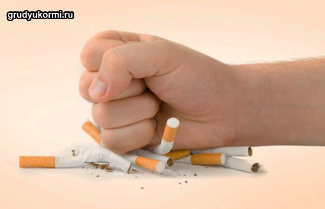Девушка давит сигареты кулаком