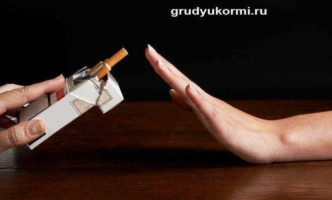 Девушке предлагают пачку сигарет
