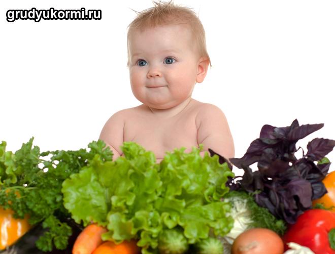 Малыш сидит в овощах
