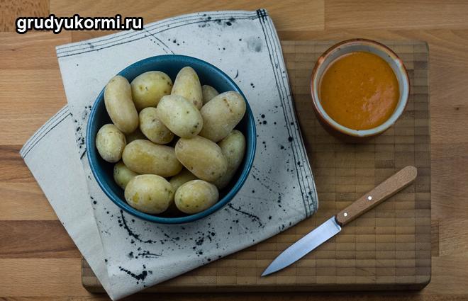 Картошка и сваренное из нее пюре на обеденном столе