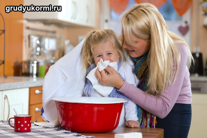 Мама делает прогревание дочке над кастрюлей с отварной картошкой