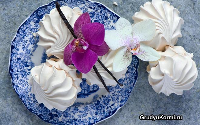 Зефир в тарелке с орхидеей